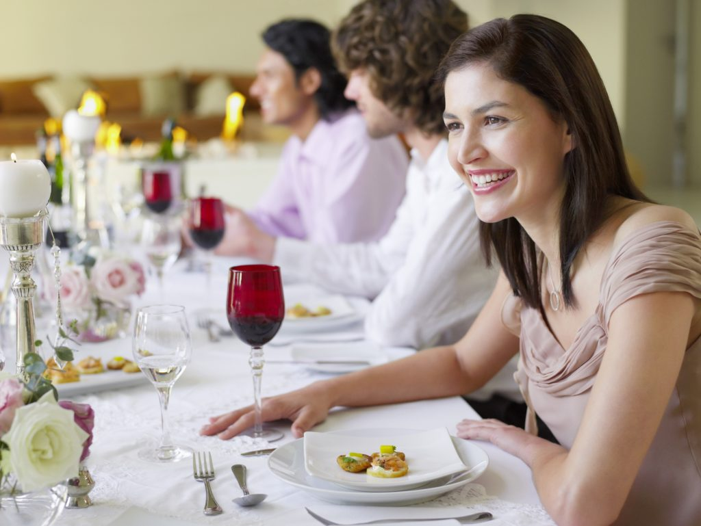 zastawa stołowa w lokalu gastronomicznym