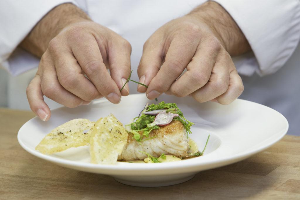 kucharz pracujący ze sprzętem Revinex Gastronomia