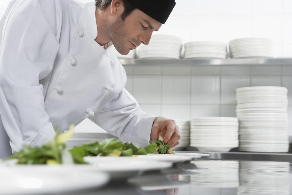 kucharz w gastronomii wyposażonej w sprzęty Revinex