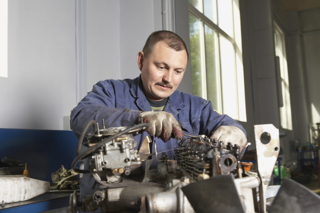 mechanik używający narzędzi warsztatowych