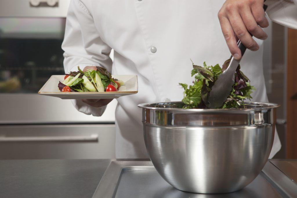 Regały w gastronomii ułatwiające pracę kucharza