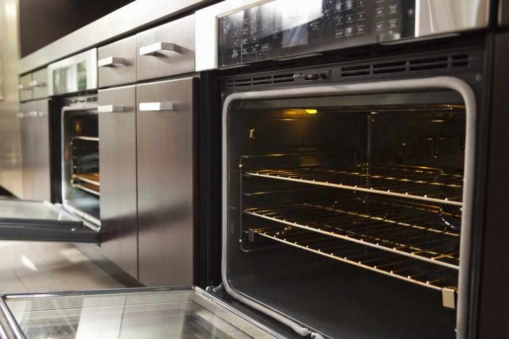 piekarnik elektryczny w kuchni gastronomicznej