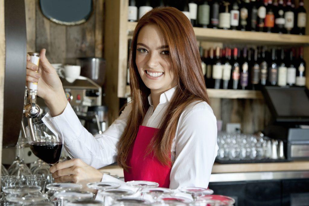bar wyposażony w akcesoria gastronomiczne
